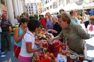 Puesto de tomates rosas en la Plaza del Mercado. Foto JLP.