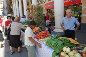 Un hortelano de Barbastro en la Plaza del Mercado. Foto JLP.
