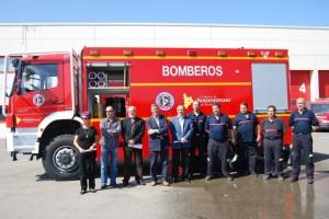Autoridades y bomberos junto al nuevo camión. Foto JLP.