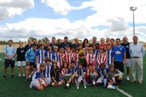 Jugadores del Español y Atlético Madrid con los organizadores del torneo. Foto JLP.