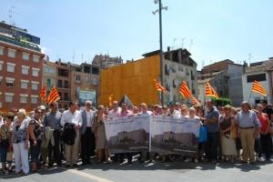Los asistentes tras la pancarta y frente a la oficina de la DGA. Foto JLP.