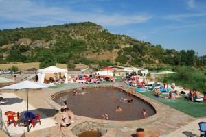 Una de las piscinas y solarium del Salinar. Foto JLP.