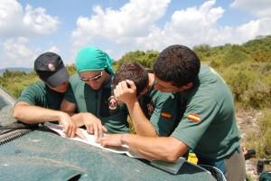 Los guardias civiles consultan el plano. Foto JLP.