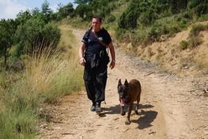 Francisco Castaño busca con su perro. Foto JLP.