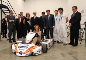 La ministra probó el coche de hidrógeno. Foto S.E.