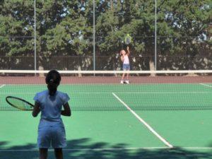 Dos niñas disputan un partido. Foto Carmen Guardia.
