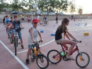Los niños sortean obstáculos sobre dos ruedas.