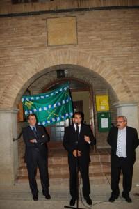 El alcalde de Salas Bajas junto al presidente de la DPH y al vicepresidente de la Comarca. Foto JLP.