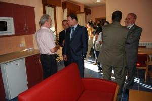 Iglesias conoce uno de los apartamentos. Foto JLP.
