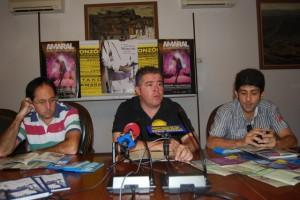 Vilarrubí junto a dos peñistas. Foto JLP.