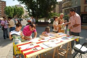 Recogida del firmas en Monzón. Foto JLP.