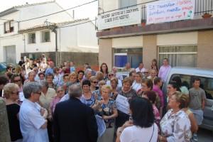 Protesta de los vecinos al vicario, delante del mosen. Foto JLP.