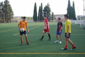 Jóvenes jugando al fútbol en las instalaciones del Isidro Calderón. Foto JLP.