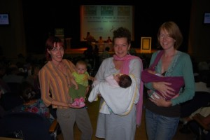 Tres madres con sus hijos nacidos en el Hospital de Barbastro. Foto JLP.