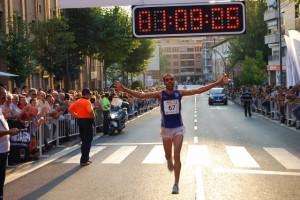 El ganador entra en meta. Foto JLP.