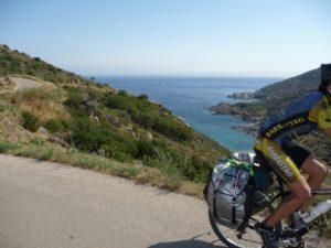 En bicicleta también se puede hacer turismo y vislumbrar los más bellos paisajes.