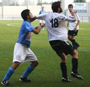 El capitán del Binéfar pelea un balón. Foto Carlos Marco.