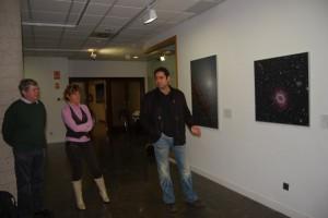 Lamadrid explica sus fotografías. Foto JLP.