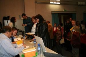 Los autores firman ejemplares. Foto S.E.