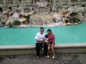 José Luis Pascual posa, junto a su familia, en la Fontana de Trevi americana. Foto: José Luis Pascual.