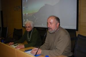 Luis Araguás junto a la escritora chistabina. Foto JLP.