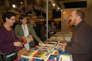Lorenzo Mediano conversa con lectores. Foto JLP.