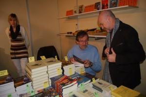 José Antonio Adell firmó numerosos ejemplares. Foto JLP.