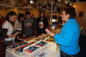 Los asistentes a la feria adquirieron libros. Foto JLP.
