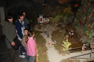 Un grupo de visitantes admiran el Belén de Monzón. Foto JLP.
