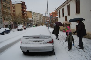 La calzada quedó cubierta de nieve en Barbastro. Foto JLP.