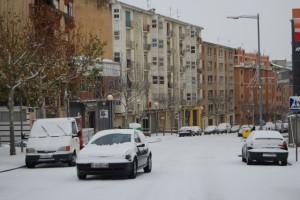 Los coches tuvieron problemas de circulación en Avenida Pirineos. Foto JLP.