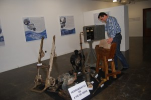 Un visitante observa las herramientas utilizadas en la obra. Foto JLP.