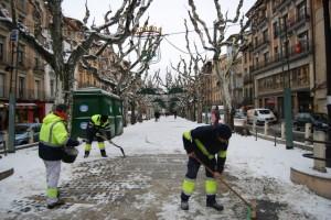 Trabajos de limpieza en el Paseo del Coso. Foto José Luis Pano.