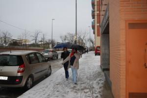 Escolares de Barbastro pasean por las calles nevadas. Foto JLP.