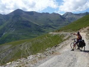 """""""Suavemente el camino nos eleva hasta el collado de la Portella (2250 m.)"""". (Pedro Solana)."""