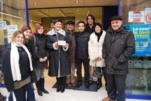 Miembros de la asociación de comercio de Monzón y la lotera con el número agraciado. Foto JLP.