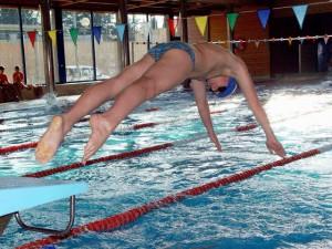 Salida de un nadador en la piscina de Monzón. Foto S.E.