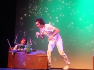 Un insecto-marioneta hace su aparición en el escenaro. Foto: Virginia Hidalgo.