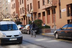 Un ciclista urbano en Barbastro. Foto JLP.