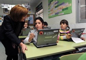 La consejera conversa con dos alumnos. Foto S.E.