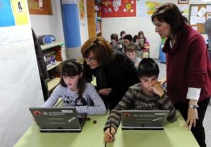 La consejera Broto observa a dos alumnos con tablets PC. Foto S.E.