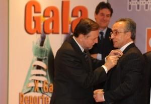 Iglesias pone la pluma de oro al presidente del COE. Foto S.E.