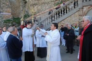 El padres Carlos bendice a las cruces. JLP.