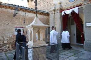 Las cruces entran en el santuario, ante el lugar donde se apareció la virgen a Balandrán. JLP.