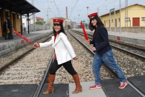 Belén y Ágata cruzan la vía de tren. JLP.