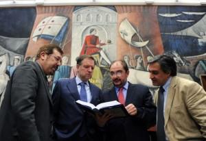 Barreiro, Iglesias, Lambán y Corral ojean el libro.