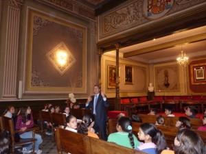 El alcalde contestó las preguntas de los alumnos.