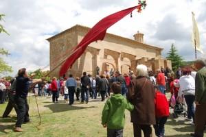 Las banderas de los pueblos reciben a los romeros. JLP.