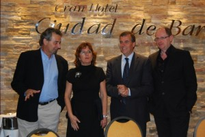 La consejera conversa con Pere Rovira, Antonio Cosculluela y Fernando Marías. JLP.