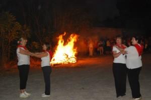 El grupo Tradiciones baila ante la hoguera de San Ramón. JLP.